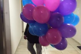 Bukiet kolorowych balonów napełnionych helem
