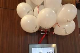Białe balony z logiem firmy APART