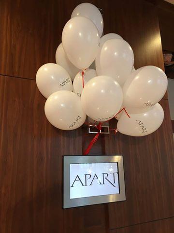 Białe balony na hel na imprezie firmy APART