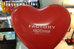 Czerwony balon w kształcie serca w z nadrukiem