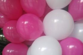 białe i różowe balony napełnione helem