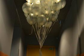 Bukiet balonów z helem w korytarzu