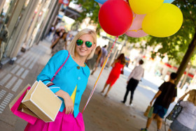 kobieta z kolorowymi balonami