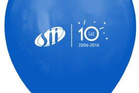 Niebieski balon z nadrukiem logo