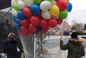 Pokaz wypuszczania balonów z siatki.